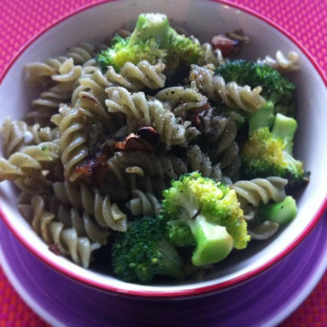 Fusilli de algas con brócoli